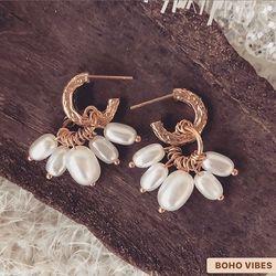 Petites pépites en nouveautés ✦ Boucles d'oreilles dorées avec des petites perles blanches, en ligne sur www.bohovibes.fr ✨ #BohoVibes #Boutique #Bijoux #Accessoires #Jewels #Boheme #Boho #Shopping #BohoOutfit #BohoStyle #BohemeChic #Jewelry #Accessories #Soiree #OnlineShopping #Earrings #Eshop #Mode #Details #BouclesDoreilles #Creoles #Perle #Ootd #Collection #FashionDetails #FashionJewelry #BohoJewels #BohoJewelry